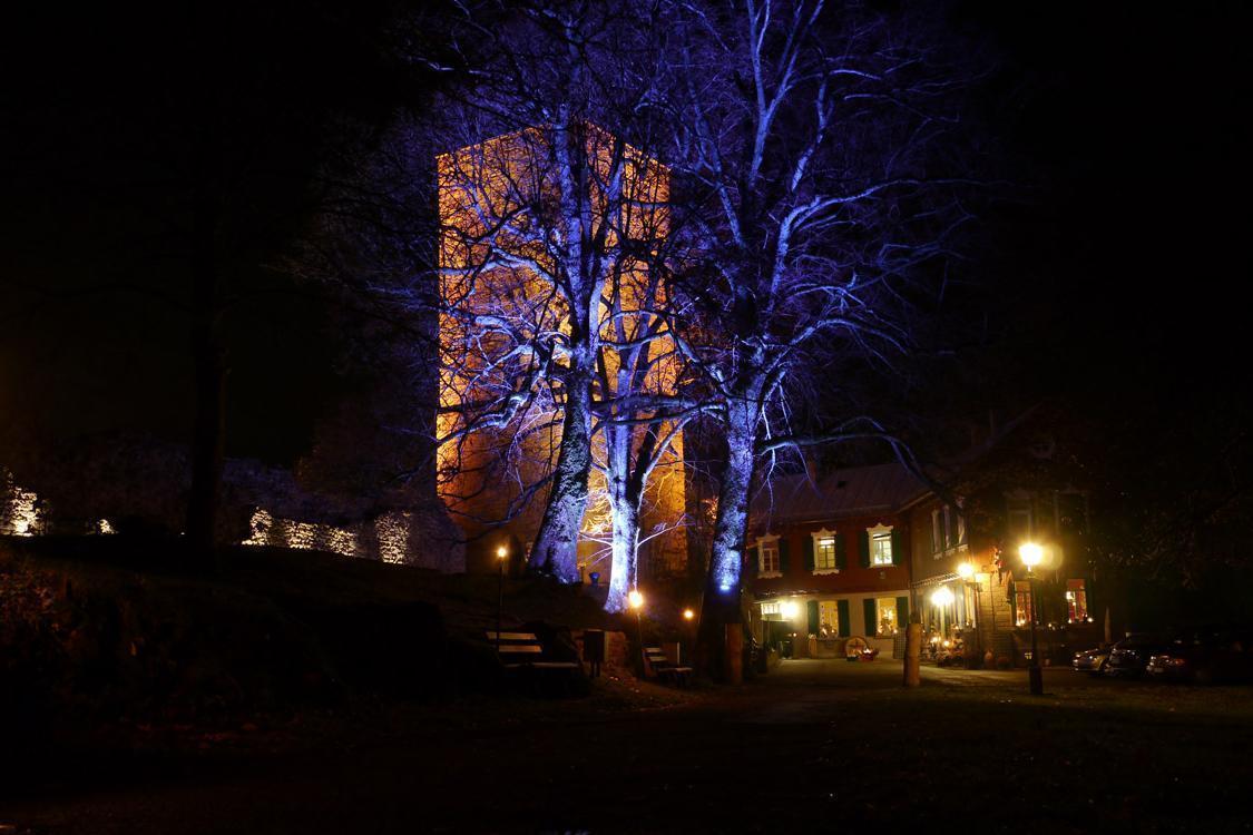 Yburg mit malerischer Nachtbeleuchtung